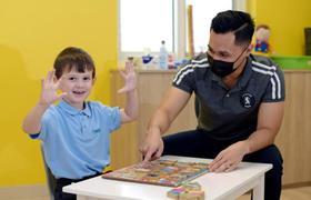 教育、治愈、沟通: 阿联酋航空基金会为自闭症儿童及其家庭提供帮助 以应对疫情挑战